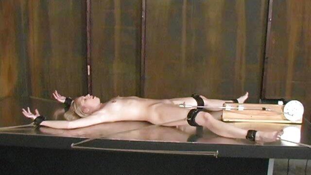 Jolie blonde baisée au bord de la film pourno arabe piscine après une séance photo.