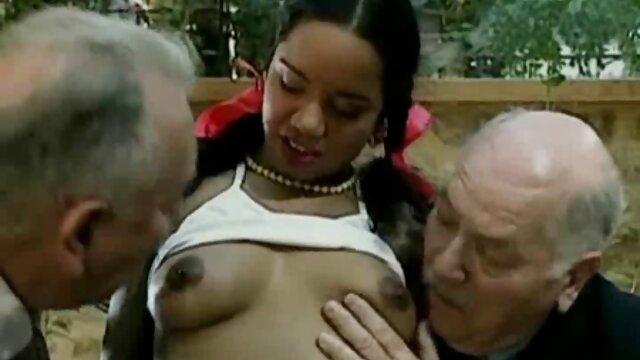 Des mecs baisent une blonde salope dans les porno français arabe bois